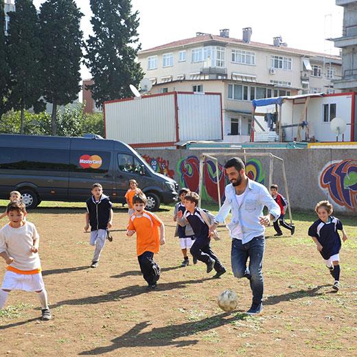 Arda Turan'dan Çocuklara Paha Biçilemez Sürpriz