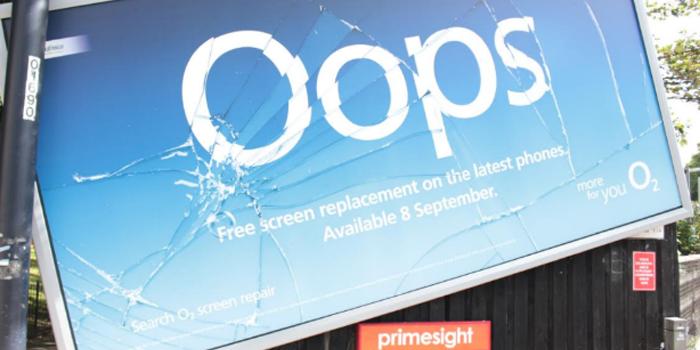 """O2'nun """"devrik"""" billboardları şaşkınlık yarattı"""