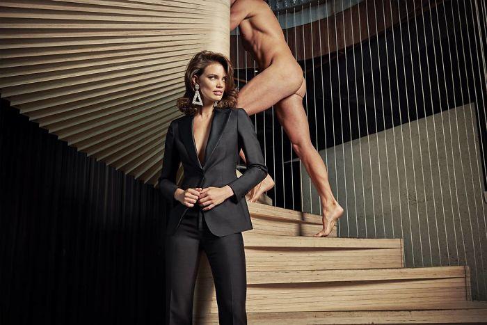 Moda reklamlarındaki cinsiyetçiliğe vurgu yapan reklamlarda çıplak erkekler kullanılmış