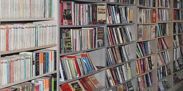 Çöpe atılan kitaplar kütüphane oldu
