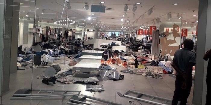Güney Afrika'da ırkçılıkla suçlanan H&M mağazalarına saldırı