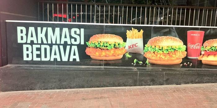 """KFC'den tepki çeken reklam: """"Bakması bedava"""""""