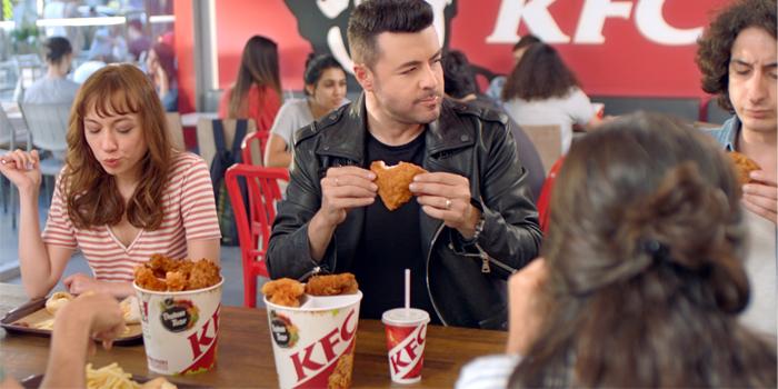 KFC'nin yeni reklam filminde Burak Kut başrolde