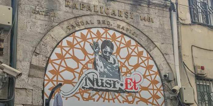 Kapalıçarşı'nın tarihi kapısı Nusr-et tabelası oldu