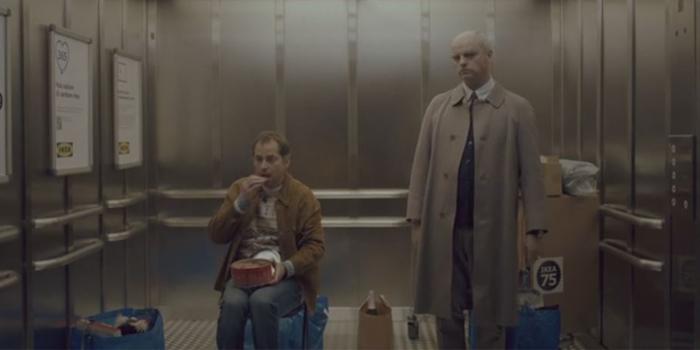 Yeni yıla asansörde giren iki yabancı