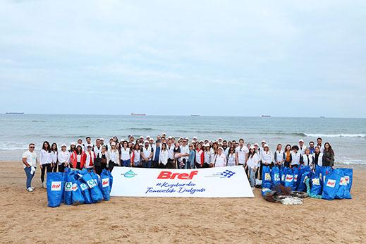 Bref sanatçılar ile kıyıları atıklardan temizledi