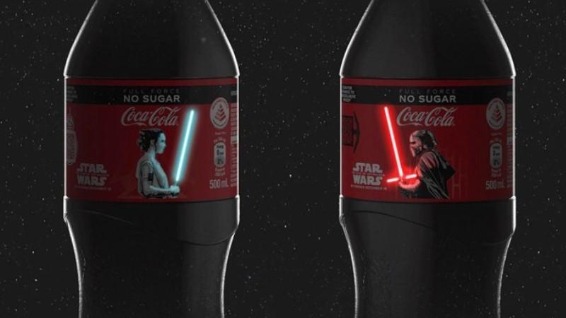 Coca-Cola şişeleri ışın kılıcıyla aydınlanıyor