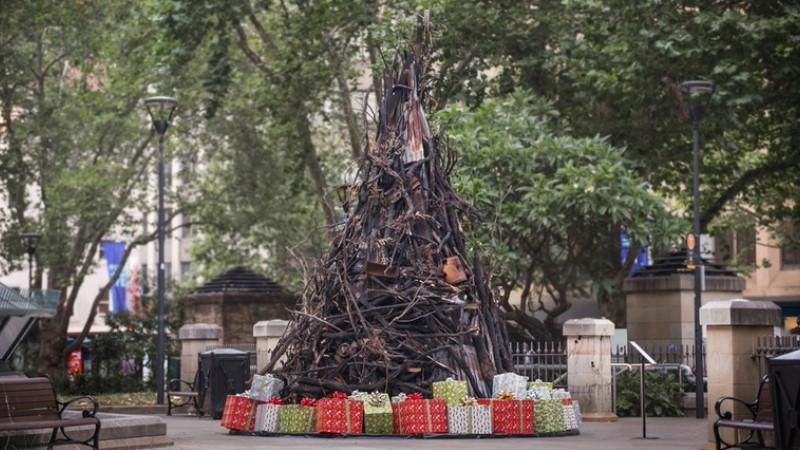 """Orman yangınlarına dikkat çekmek için """"Yanmış Noel Ağacı"""" tasarlandı"""