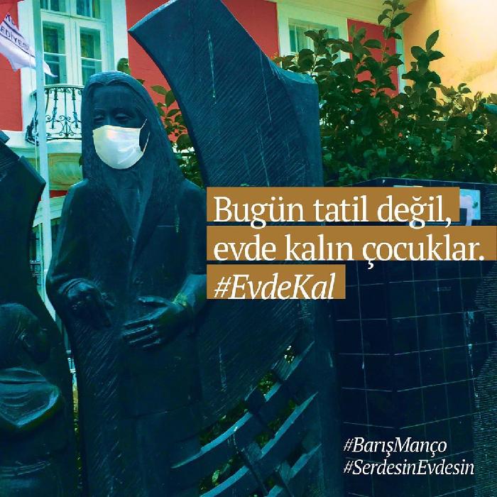 """Kadıköy'deki heykeller Serdesin'le dile geldi: """"#EvdeKal"""""""