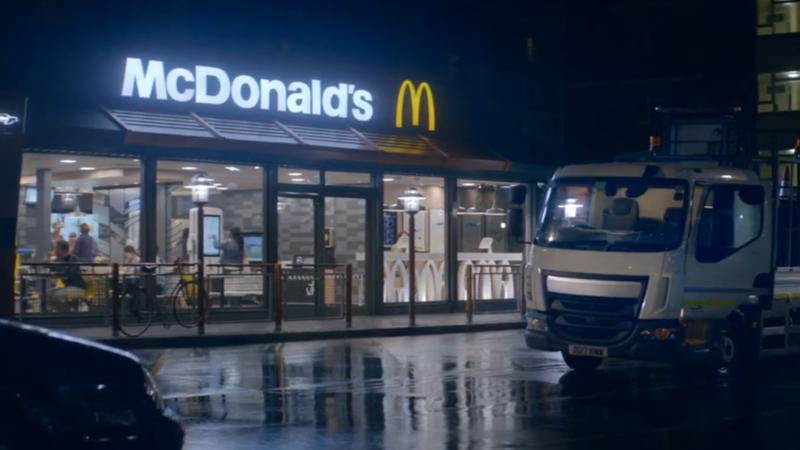 McDonald's gece boyunca çalışan milyonlarca insanı kutluyor