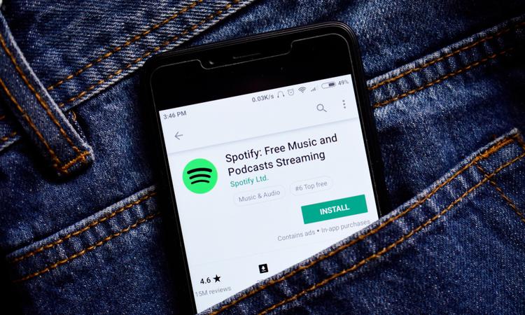 Reklam gelirleri düşse de, podcastler Spotify için...