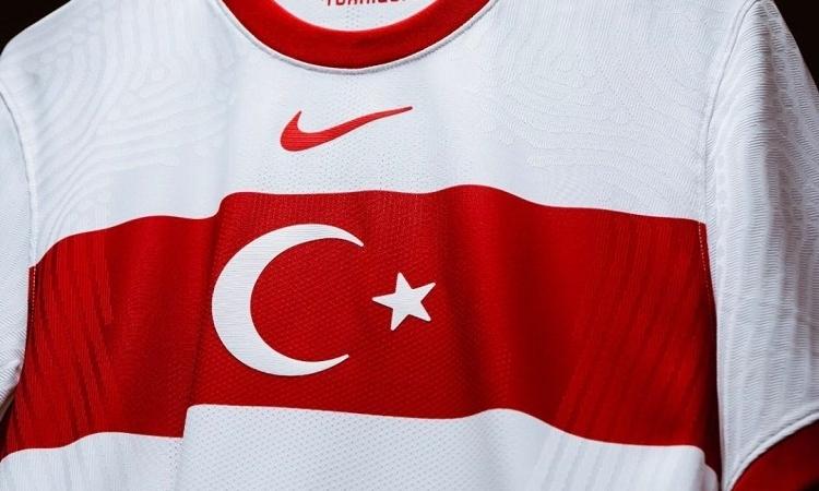 Türkiye A Milli Futbol Takımı'nın yeni formalarında Nike logosuna tepki yağdı