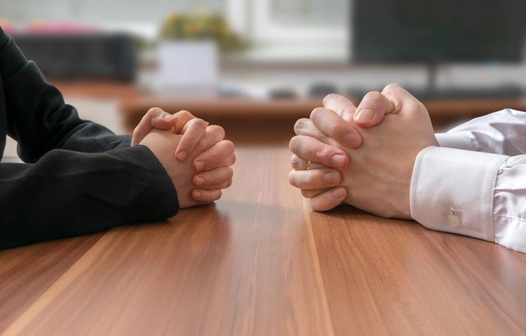 toplantı dialog masa başı iş insanı iletişim