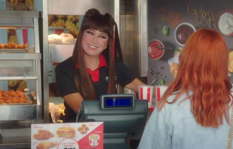 """Demet Akbağ KFC'nin """"gizli tarifinin"""" peşinde!"""