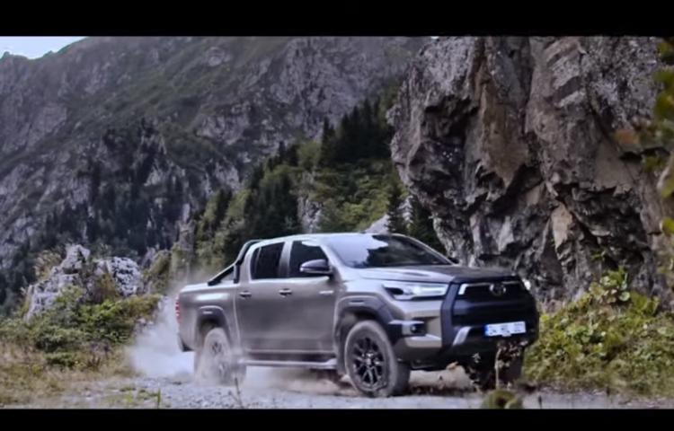 Toyota'dan dünyanın en tehlikeli yolunda test sürüşü!