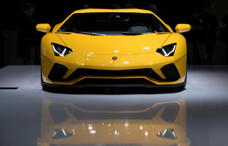 Lamborghini kız çocuklarının yer aldığı reklamını tepkiler üzerine geri çekti