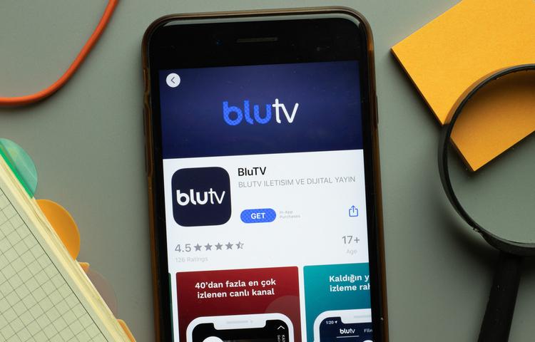 """BluTV'den merakla beklenen """"Çıplak"""" açıklaması geldi"""