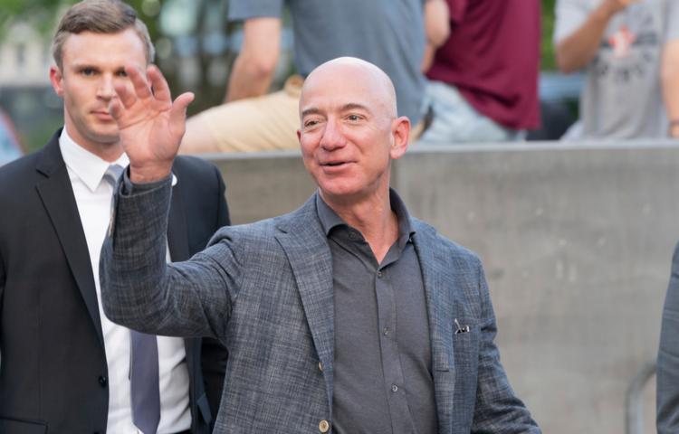 Jeff Bezos, Elon Musk'la girdiği uzay rekabeti için Amazon'daki CEO'luk görevinden ayrılıyor