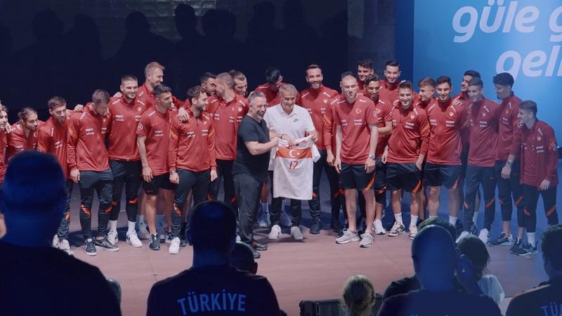 Türk A Milli Futbol Takımı'na Cem Yılmaz sürprizi
