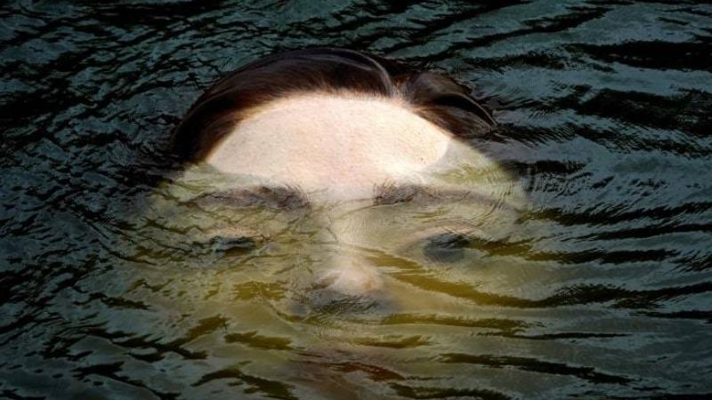 boğulan kadın heykeli